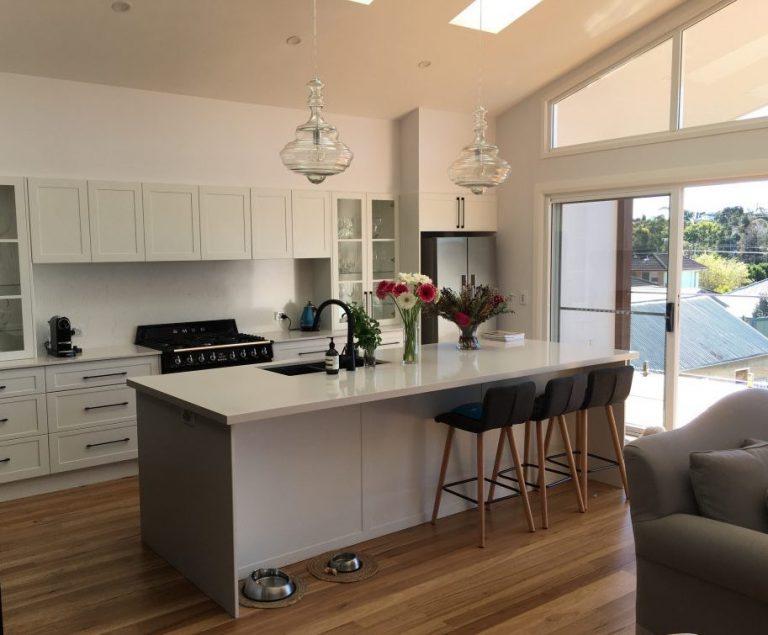 Beautiful-two-tone-kitchen-with-stone-bench-stone-splashback-glass-doors-1024x768